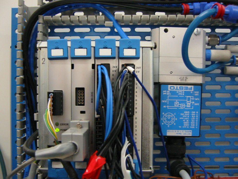 Detail PLC (vlevo) a proporcionálního ventilu (vpravo)