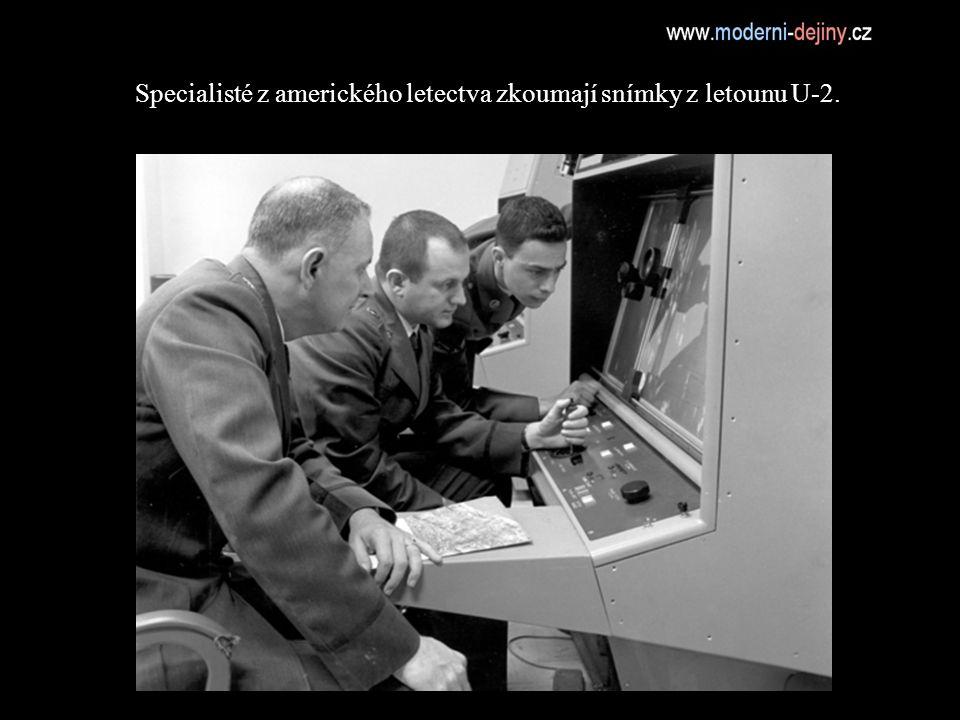 Specialisté z amerického letectva zkoumají snímky z letounu U-2.