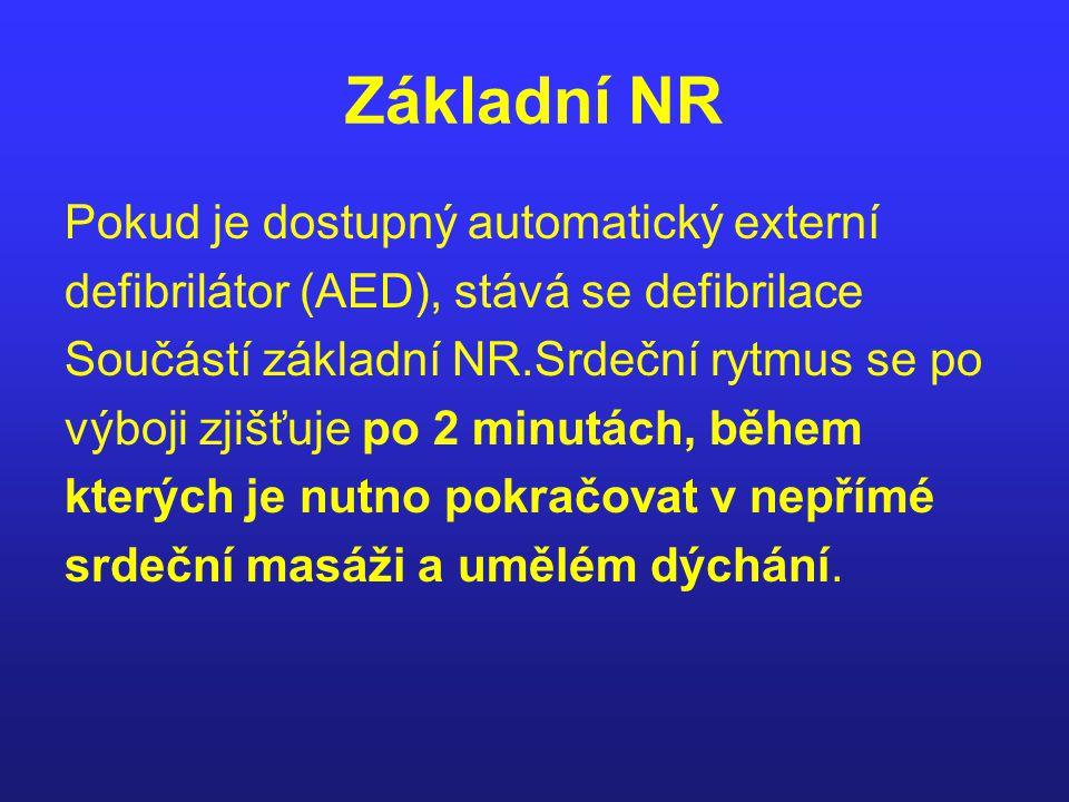 Základní NR Pokud je dostupný automatický externí defibrilátor (AED), stává se defibrilace Součástí základní NR.Srdeční rytmus se po výboji zjišťuje p