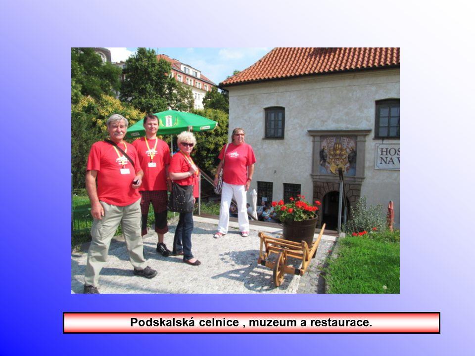 Červená trička v bludišti. Bylo nás moc.