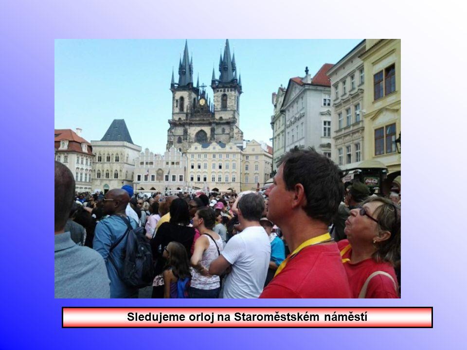 Sledujeme orloj na Staroměstském náměstí