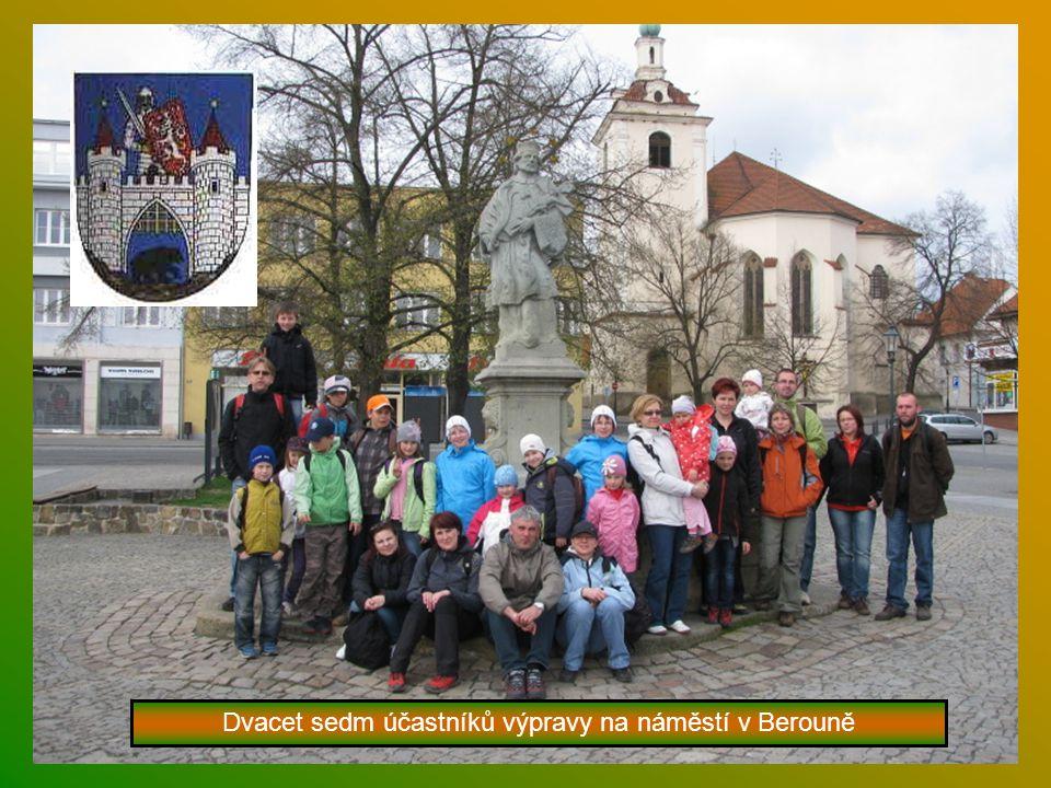 Dvacet sedm účastníků výpravy na náměstí v Berouně