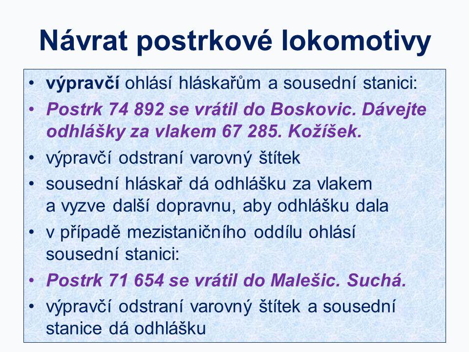 Návrat postrkové lokomotivy výpravčí ohlásí hláskařům a sousední stanici: Postrk 74 892 se vrátil do Boskovic. Dávejte odhlášky za vlakem 67 285. Koží