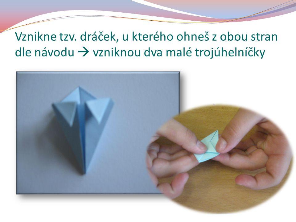 Vznikne tzv. dráček, u kterého ohneš z obou stran dle návodu  vzniknou dva malé trojúhelníčky