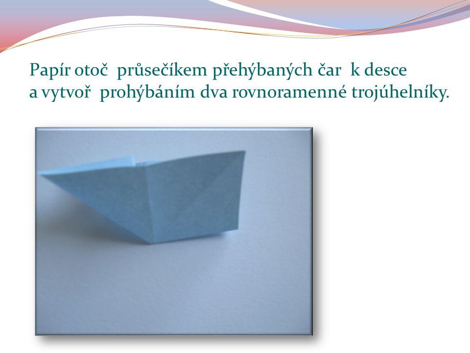 Papír otoč průsečíkem přehýbaných čar k desce a vytvoř prohýbáním dva rovnoramenné trojúhelníky.