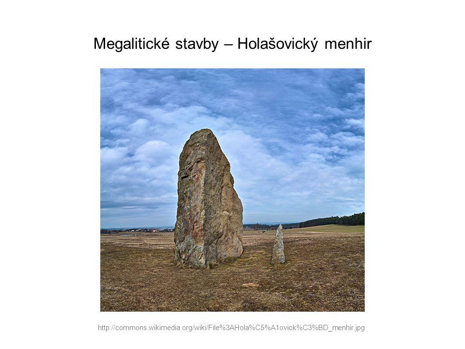 Megalitické stavby – Holašovický menhir http://commons.wikimedia.org/wiki/File%3AHola%C5%A1ovick%C3%BD_menhir.jpg