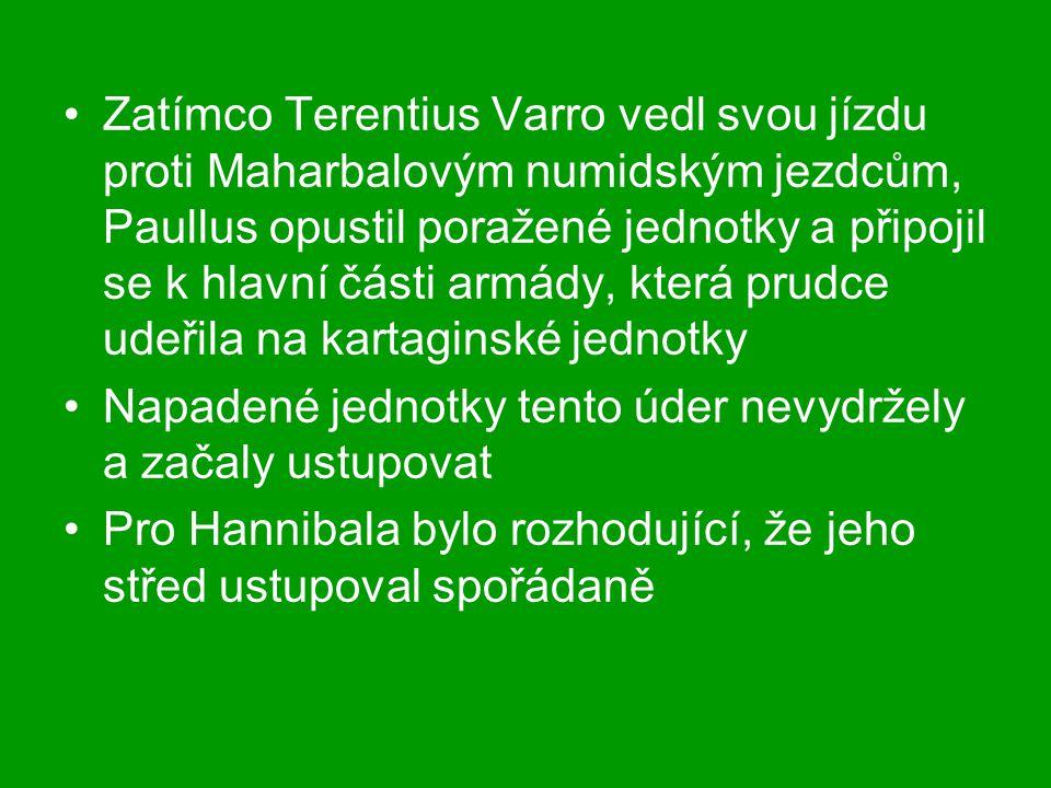 Zatímco Terentius Varro vedl svou jízdu proti Maharbalovým numidským jezdcům, Paullus opustil poražené jednotky a připojil se k hlavní části armády, k