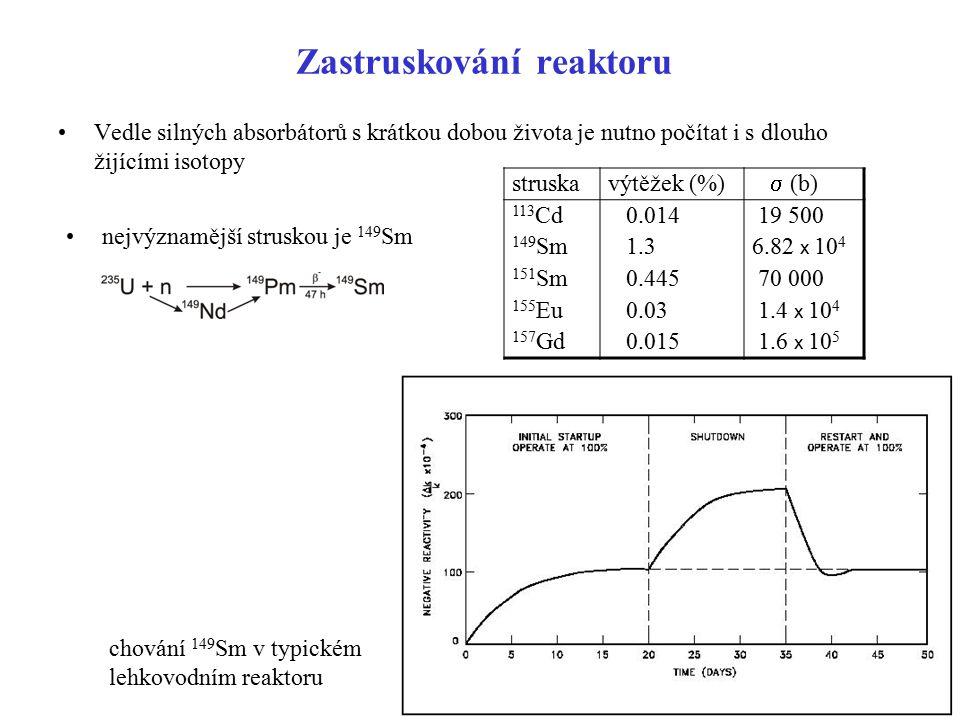 Zastruskování reaktoru Vedle silných absorbátorů s krátkou dobou života je nutno počítat i s dlouho žijícími isotopy nejvýznamější struskou je 149 Sm