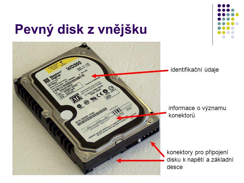 Pevný disk z vnějšku identifikační údaje informace o významu konektorů konektory pro připojení disku k napětí a základní desce