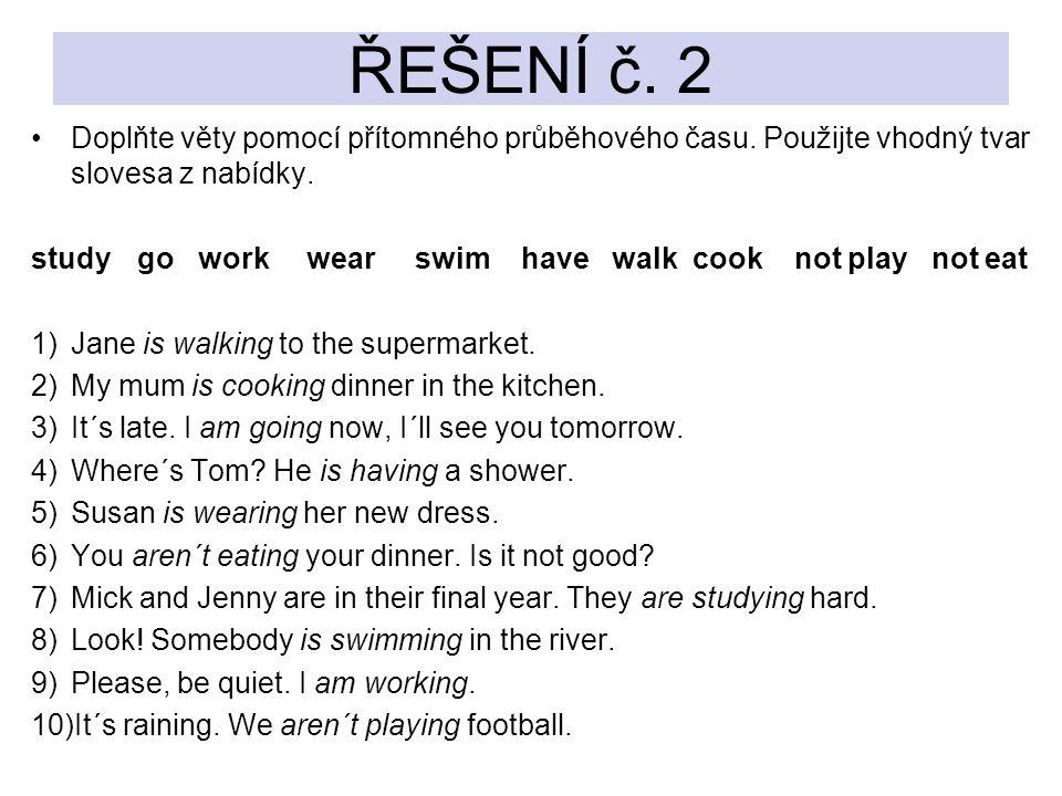 Doplňte věty pomocí přítomného průběhového času. Použijte vhodný tvar slovesa z nabídky. study go work wear swim have walk cook not play not eat 1)Jan