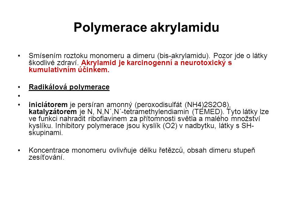 Smísením roztoku monomeru a dimeru (bis-akrylamidu). Pozor jde o látky škodlivé zdraví. Akrylamid je karcinogenní a neurotoxický s kumulativním účinke