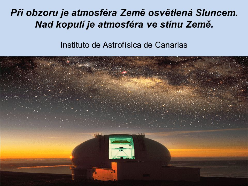Při obzoru je atmosféra Země osvětlená Sluncem. Nad kopulí je atmosféra ve stínu Země. Instituto de Astrofísica de Canarias