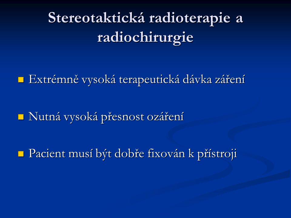 Stereotaktická radioterapie a radiochirurgie Extrémně vysoká terapeutická dávka záření Extrémně vysoká terapeutická dávka záření Nutná vysoká přesnost