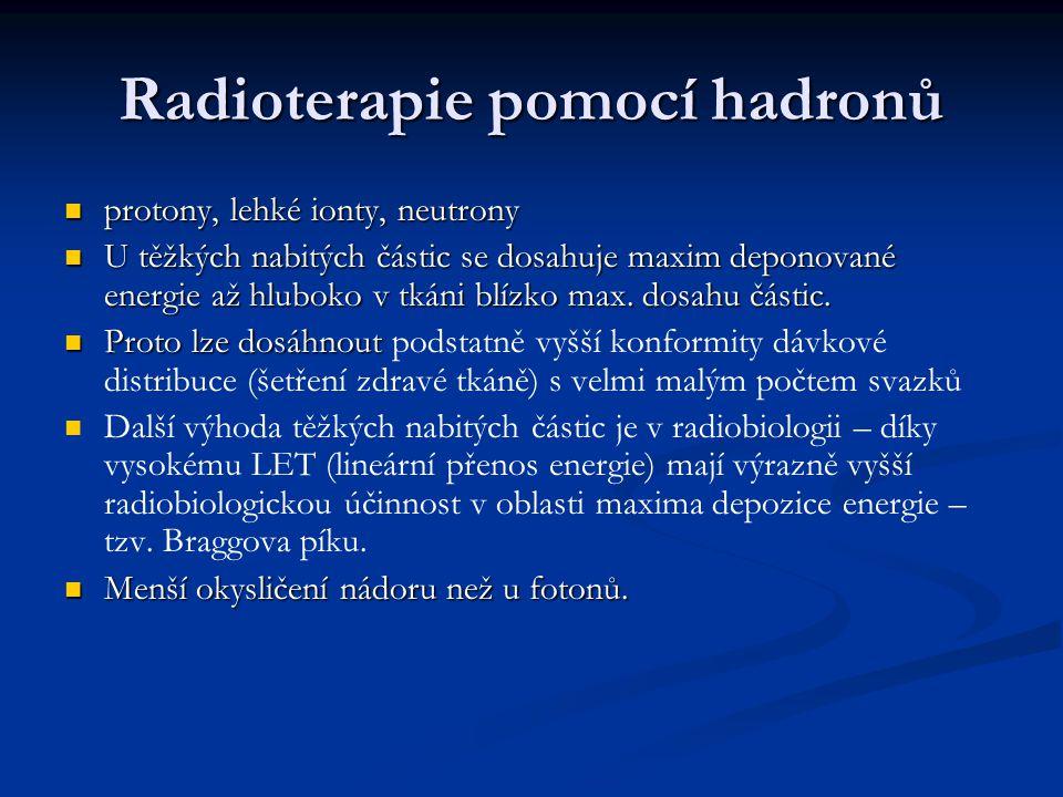 Radioterapie pomocí hadronů protony, lehké ionty, neutrony protony, lehké ionty, neutrony U těžkých nabitých částic se dosahuje maxim deponované energ