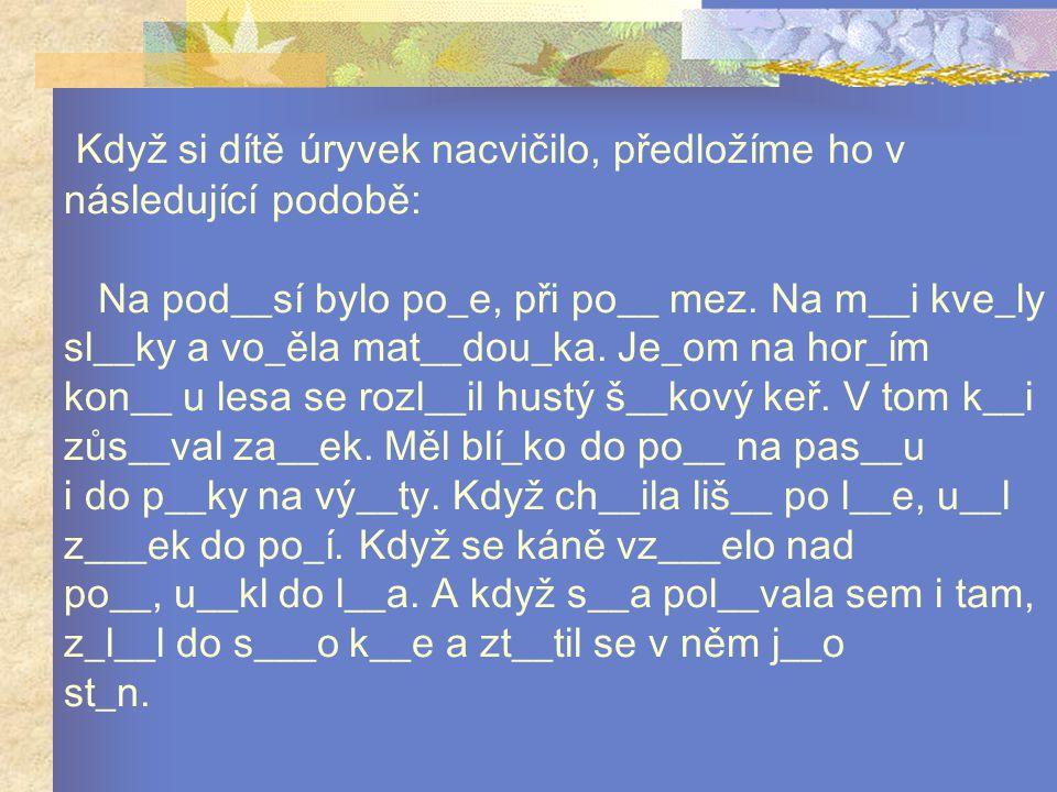 Když si dítě úryvek nacvičilo, předložíme ho v následující podobě: Na pod__sí bylo po_e, při po__ mez.