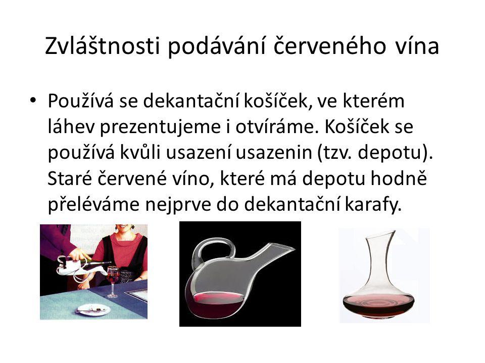 Zvláštnosti podávání červeného vína Používá se dekantační košíček, ve kterém láhev prezentujeme i otvíráme. Košíček se používá kvůli usazení usazenin