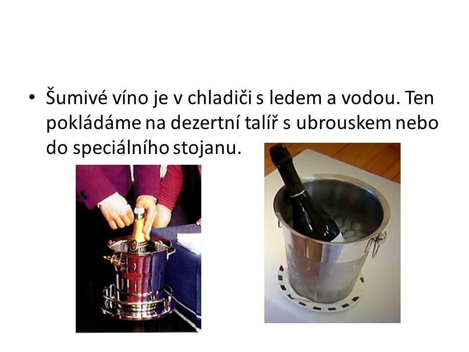 Šumivé víno je v chladiči s ledem a vodou. Ten pokládáme na dezertní talíř s ubrouskem nebo do speciálního stojanu.
