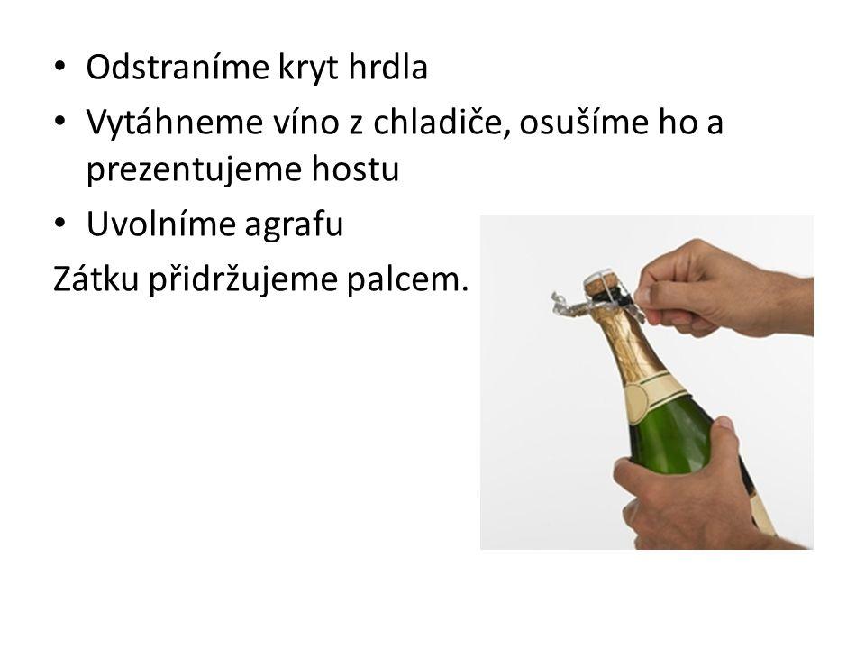 Odstraníme kryt hrdla Vytáhneme víno z chladiče, osušíme ho a prezentujeme hostu Uvolníme agrafu Zátku přidržujeme palcem.