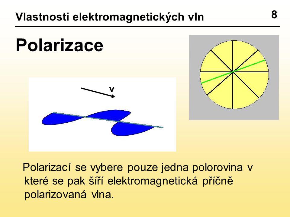 8 Vlastnosti elektromagnetických vln Polarizace Polarizací se vybere pouze jedna polorovina v které se pak šíří elektromagnetická příčně polarizovaná