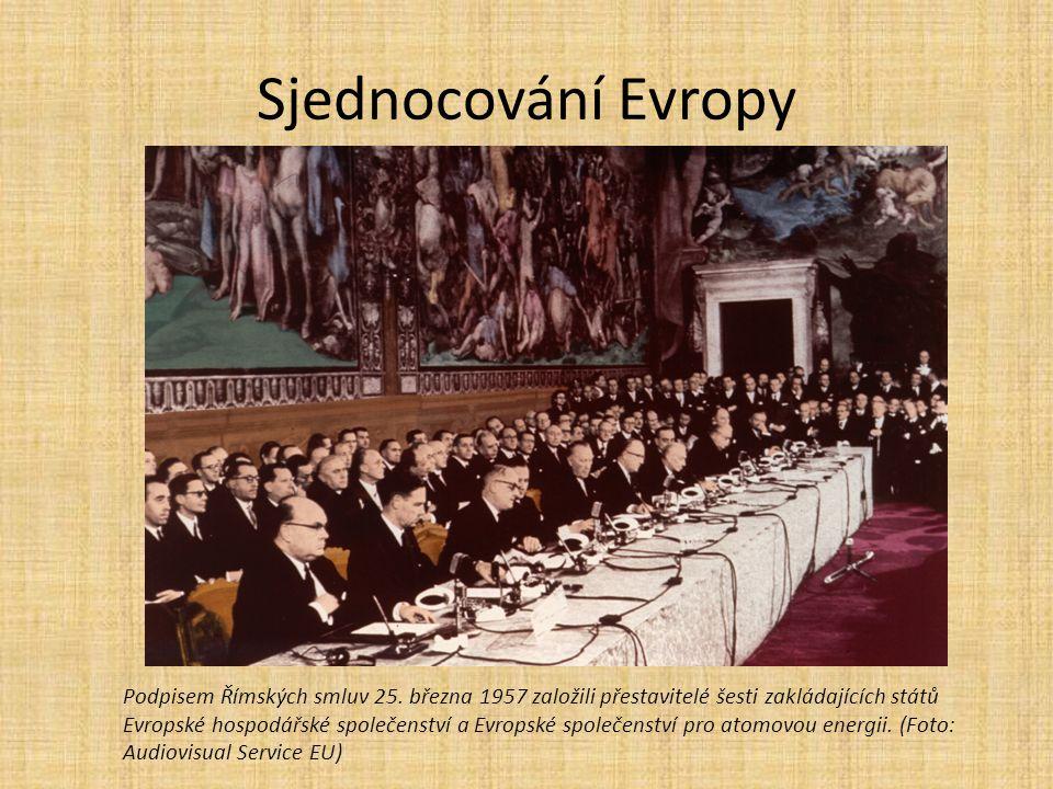 Sjednocování Evropy Podpisem Římských smluv 25. března 1957 založili přestavitelé šesti zakládajících států Evropské hospodářské společenství a Evrops