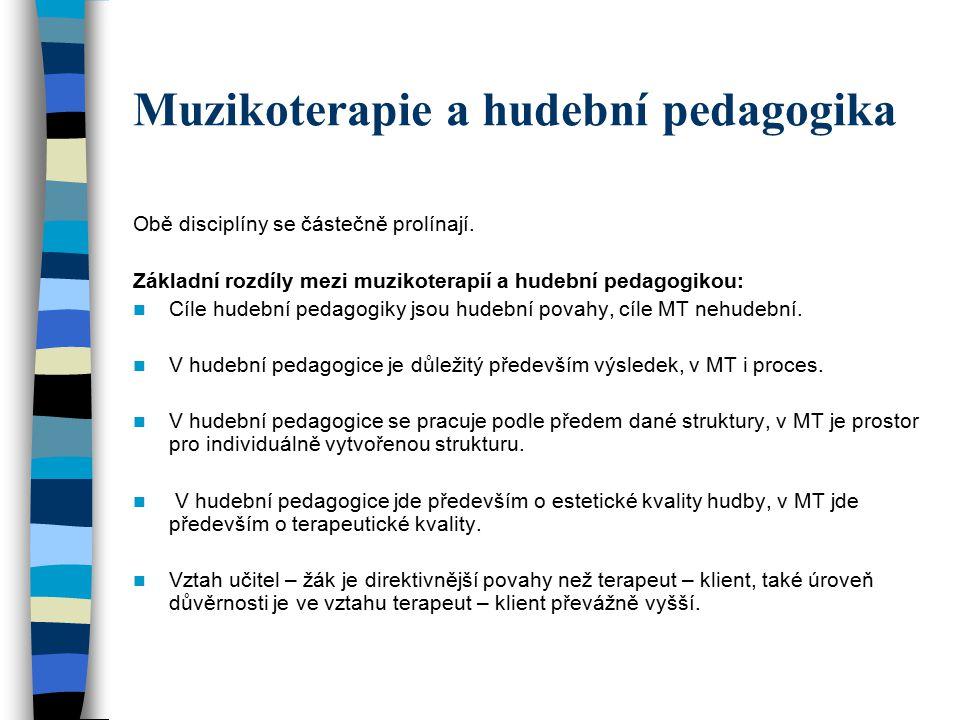 Muzikoterapie a hudební pedagogika Obě disciplíny se částečně prolínají. Základní rozdíly mezi muzikoterapií a hudební pedagogikou: Cíle hudební pedag