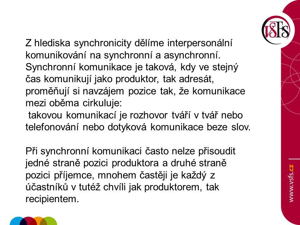 Z hlediska synchronicity dělíme interpersonální komunikování na synchronní a asynchronní. Synchronní komunikace je taková, kdy ve stejný čas komunikuj