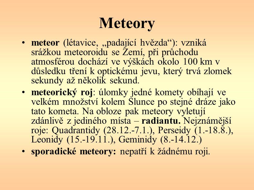 """Meteory meteor (létavice, """"padající hvězda ): vzniká srážkou meteoroidu se Zemí, při průchodu atmosférou dochází ve výškách okolo 100 km v důsledku tření k optickému jevu, který trvá zlomek sekundy až několik sekund."""