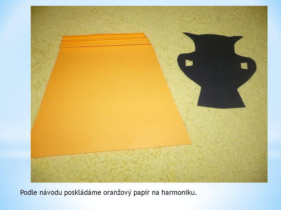 Podle návodu poskládáme oranžový papír na harmoniku.
