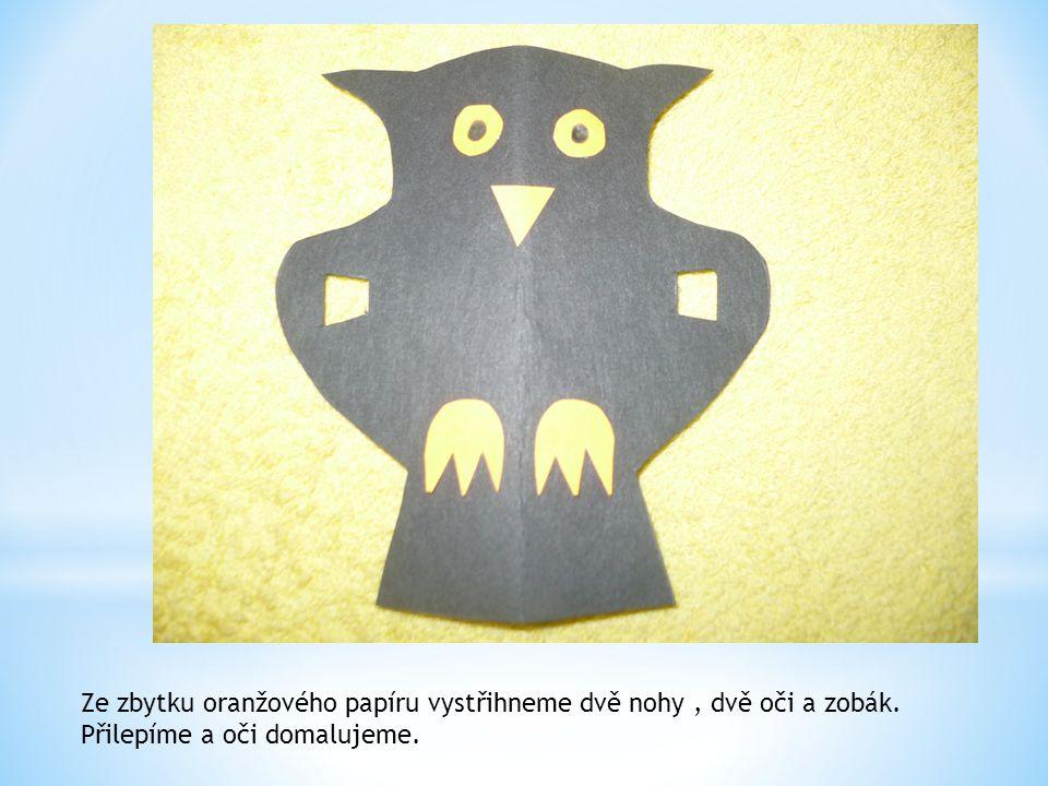 Ze zbytku oranžového papíru vystřihneme dvě nohy, dvě oči a zobák. Přilepíme a oči domalujeme.