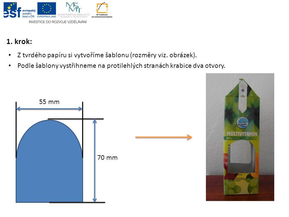 1. krok: Z tvrdého papíru si vytvoříme šablonu (rozměry viz. obrázek). Podle šablony vystřihneme na protilehlých stranách krabice dva otvory. 70 mm 55