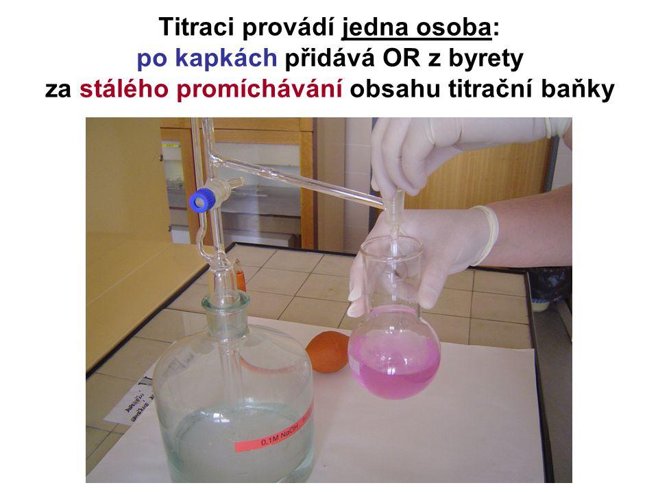 Titraci provádí jedna osoba: po kapkách přidává OR z byrety za stálého promíchávání obsahu titrační baňky