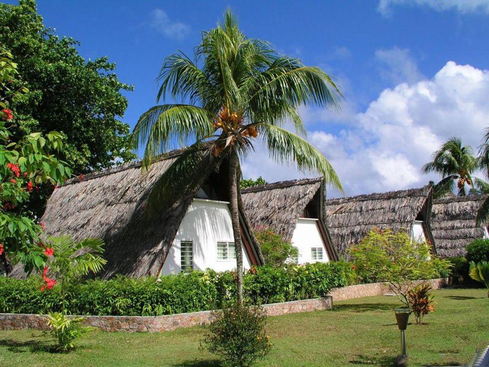 Ostrov Mahé je největší (154m 2 ) z ostrovů s: hlavním městem Victoria (25 000 obyv.), hlavním městem Victoria (25 000 obyv.), největším mezinárodním letištěm, největším mezinárodním letištěm, nejvyšší horou Morne Seychellios 903 m, nejvyšší horou Morne Seychellios 903 m, největším počtem hotelů, největším počtem hotelů, více než 60sáti plážemi, více než 60sáti plážemi, (Beau Vallon či Anse Royal).