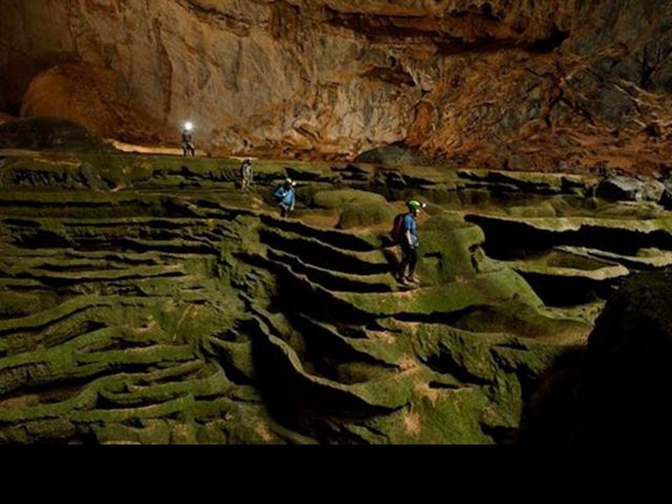 Jeskyňáři byli ohromeni vším. Zkamenělým vodopádem, vápencovými kaskádami potaženými zelenými řasami.