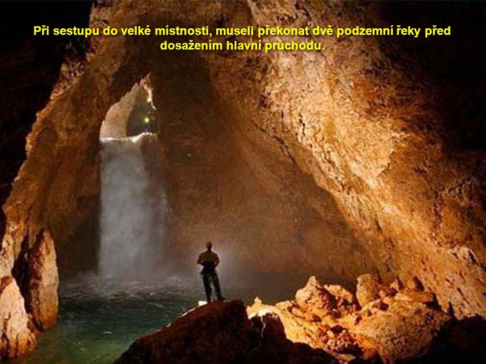 Při sestupu do velké místnosti, museli překonat dvě podzemní řeky před dosažením hlavní průchodu.