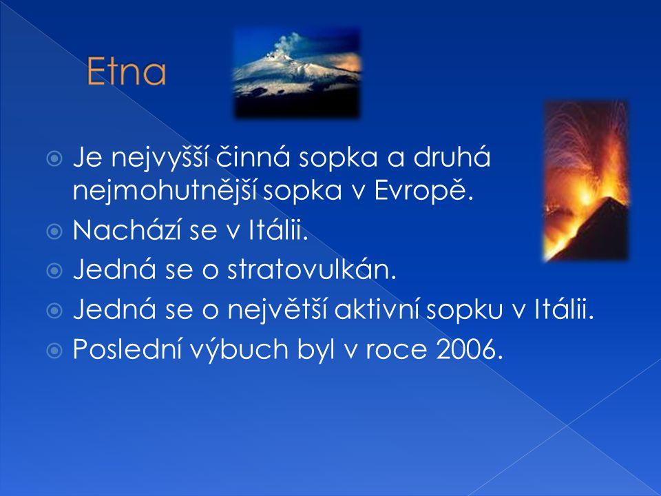  Je nejvyšší činná sopka a druhá nejmohutnější sopka v Evropě.  Nachází se v Itálii.  Jedná se o stratovulkán.  Jedná se o největší aktivní sopku