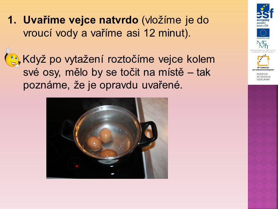 1.Uvaříme vejce natvrdo (vložíme je do vroucí vody a vaříme asi 12 minut). Když po vytažení roztočíme vejce kolem své osy, mělo by se točit na místě –