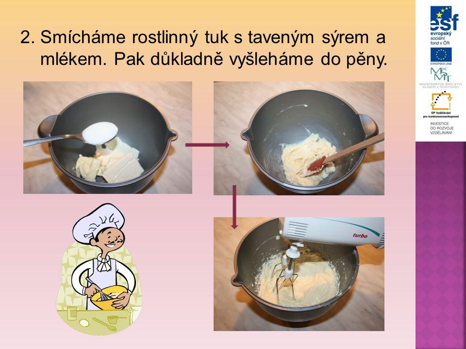 2. Smícháme rostlinný tuk s taveným sýrem a mlékem. Pak důkladně vyšleháme do pěny.