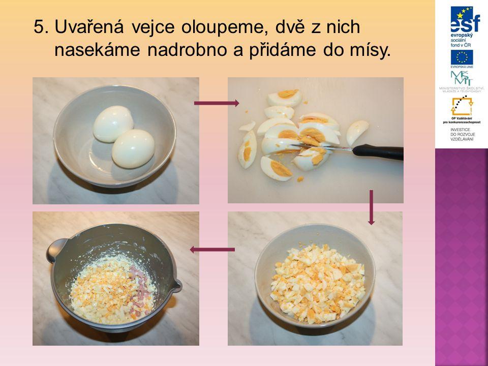 5. Uvařená vejce oloupeme, dvě z nich nasekáme nadrobno a přidáme do mísy.