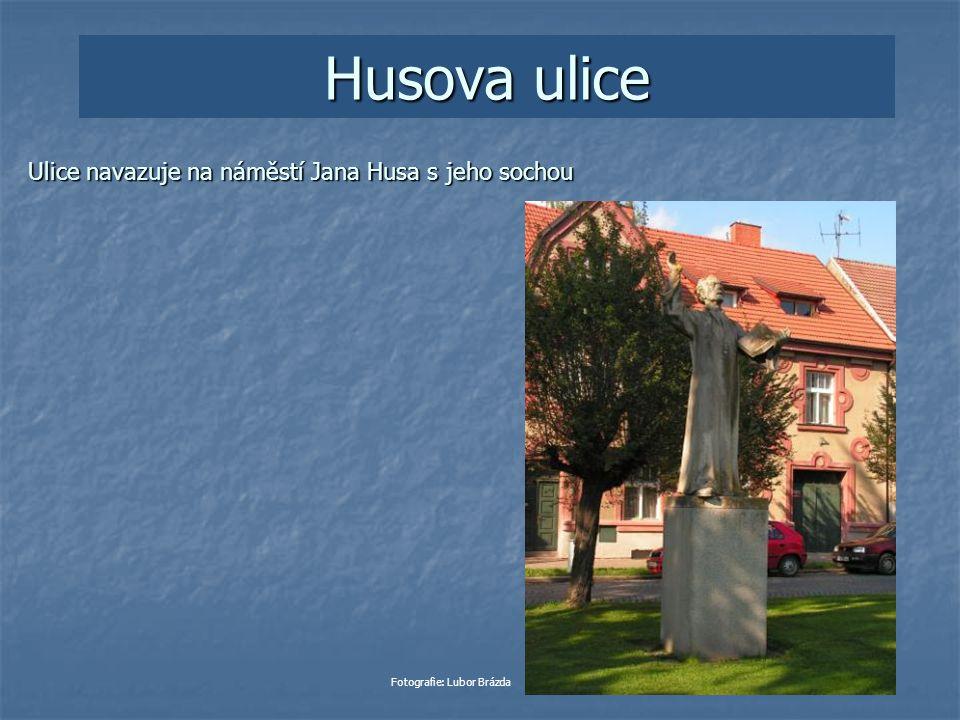 Husova ulice Ulice navazuje na náměstí Jana Husa s jeho sochou Fotografie: Lubor Brázda