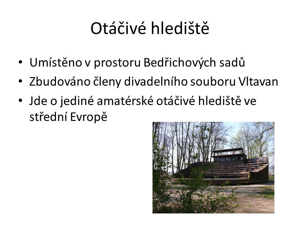 Otáčivé hlediště Umístěno v prostoru Bedřichových sadů Zbudováno členy divadelního souboru Vltavan Jde o jediné amatérské otáčivé hlediště ve střední Evropě