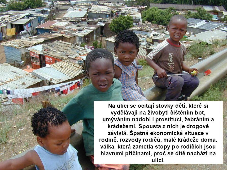 Na ulici se ocitají stovky dětí, které si vydělávají na živobytí čištěním bot, umýváním nádobí i prostitucí, žebráním a krádežemi. Spousta z nich je d
