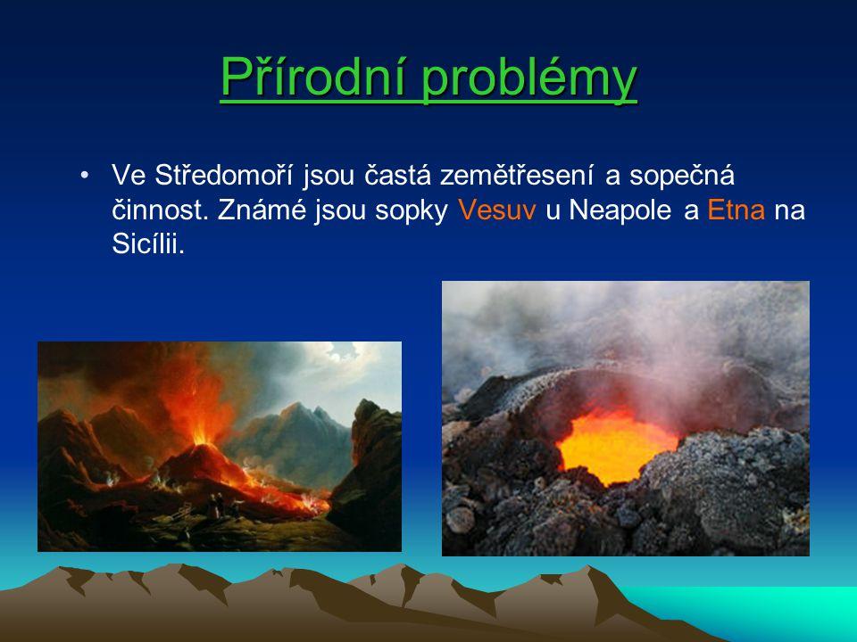Přírodní problémy Ve Středomoří jsou častá zemětřesení a sopečná činnost. Známé jsou sopky Vesuv u Neapole a Etna na Sicílii.