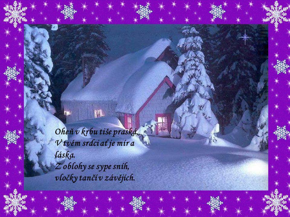 Za oknem se vločky honí, zvonky v dálce tiše zvoní a stromečky v celé zemi sladce voní Vánocemi.