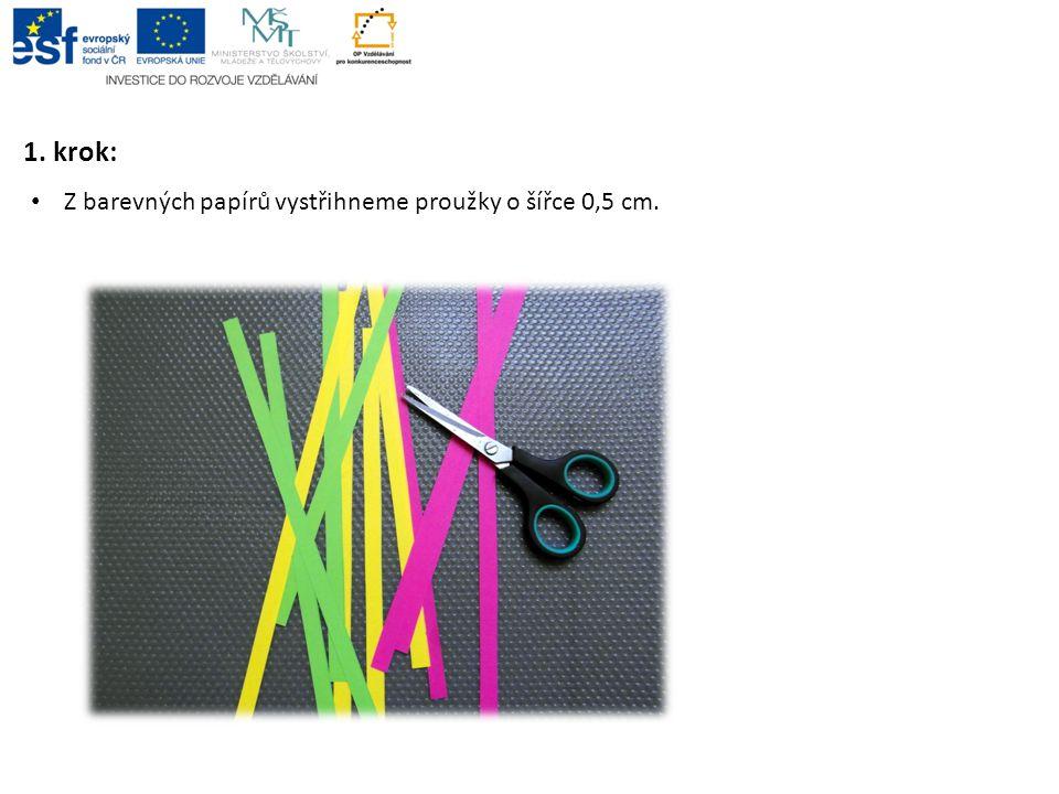1. krok: Z barevných papírů vystřihneme proužky o šířce 0,5 cm.