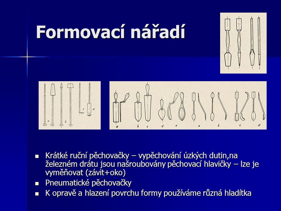 Formovací nářadí Krátké ruční pěchovačky – vypěchování úzkých dutin,na železném drátu jsou našroubovány pěchovací hlavičky – lze je vyměňovat (závit+oko) Krátké ruční pěchovačky – vypěchování úzkých dutin,na železném drátu jsou našroubovány pěchovací hlavičky – lze je vyměňovat (závit+oko) Pneumatické pěchovačky Pneumatické pěchovačky K opravě a hlazení povrchu formy používáme různá hladítka K opravě a hlazení povrchu formy používáme různá hladítka
