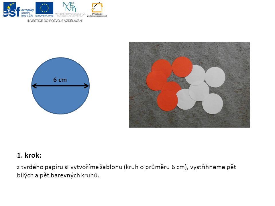 1. krok: z tvrdého papíru si vytvoříme šablonu (kruh o průměru 6 cm), vystřihneme pět bílých a pět barevných kruhů. 6 cm