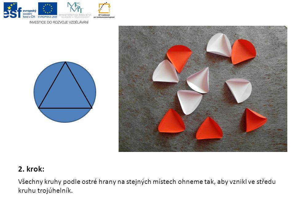 2. krok: Všechny kruhy podle ostré hrany na stejných místech ohneme tak, aby vznikl ve středu kruhu trojúhelník.