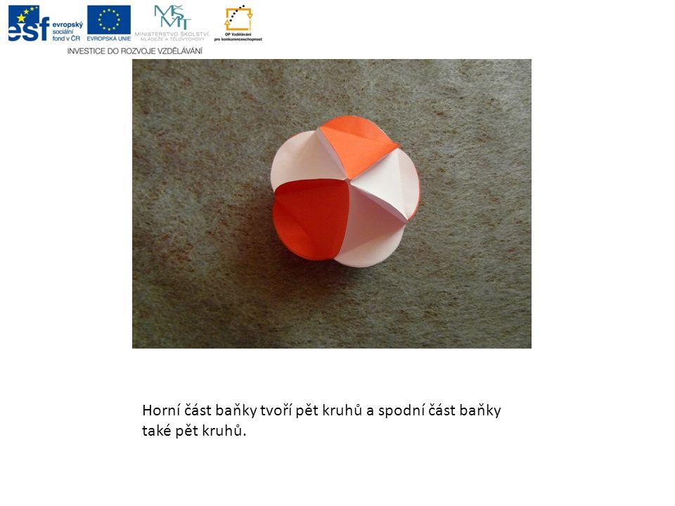 4. krok: Ustříhneme papírovou stuhu o délce 14 c, vytvoříme poutko, které vlepíme mezi kruhy.
