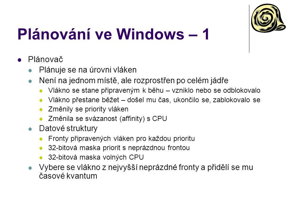 Plánování ve Windows – 1 Plánovač Plánuje se na úrovni vláken Není na jednom místě, ale rozprostřen po celém jádře Vlákno se stane připraveným k běhu – vzniklo nebo se odblokovalo Vlákno přestane běžet – došel mu čas, ukončilo se, zablokovalo se Změnily se priority vláken Změnila se svázanost (affinity) s CPU Datové struktury Fronty připravených vláken pro každou prioritu 32-bitová maska priorit s neprázdnou frontou 32-bitová maska volných CPU Vybere se vlákno z nejvyšší neprázdné fronty a přidělí se mu časové kvantum