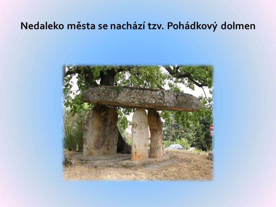 Nedaleko města se nachází tzv. Pohádkový dolmen